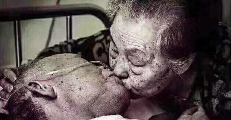 这一次真的要走了…老爷爷离开前颤抖撒娇 妻子不舍吻别「道出相守80